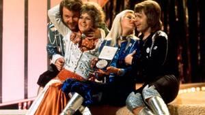 """Der Abend des großen Triumphes: Am 6. April 1974 gewannen Abba mit """"Waterloo"""" den Eurovision Song Contest. Schon damals auffällig waren ihre bunten Kostüme und die Plateauschuhe der Damen - und Herren!"""