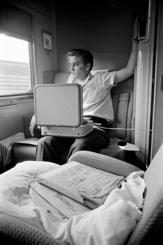 Selbststudium: Elvis hört sich im Juli 1956 an, wie seine Songs klingen.