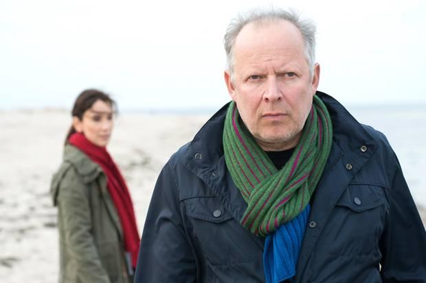"""Das Meer ist in dieser """"Tatort""""-Folge nie weit weg: Klaus Borowski (Axel Milberg) und Sarah Brandt (Sibel Kekilli) müssen viel an die frische Luft. Hier ermitteln sie gerade am Strand."""