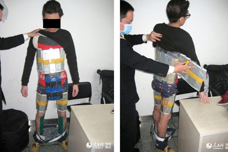 Der dreiste Schmuggelversuch ging nach hinten los: Ein junger Chinese wurde mit 94 iPhones am Körper am Grenzübergang erwischt.