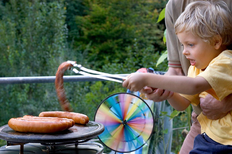 Planen und kochen Sie Mahlzeiten mit Ihrem Kind zusammen und sprechen Sie dabei über gesunde Ernährung. Kinder lernen am besten spielerisch - und wenn sie etwas ausprobieren können