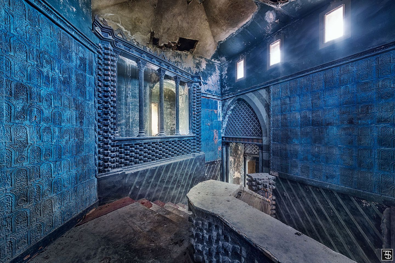 Wie ein Traum in Blau erscheint dieser verfallene Palast