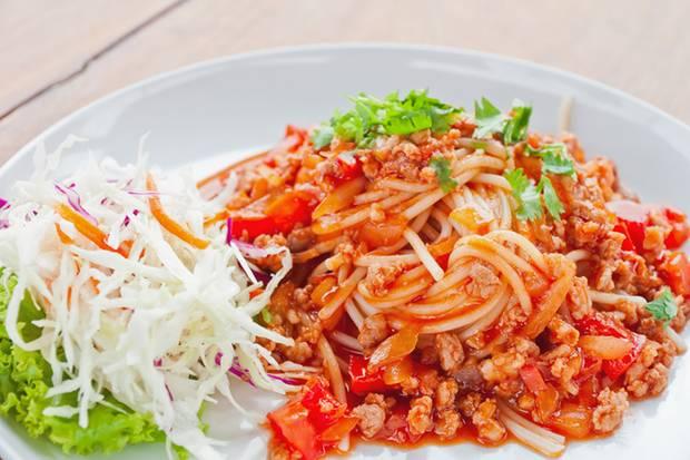 Nach frischen Tomaten, Kräutern und geschmortem Fleisch: So sollte eine Bolognese-Soße schmecken.