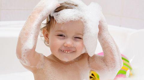 Der Ausflug in die Badewanne kann sehr viel Freude machen - wenn der Nachwuchs Lust hat