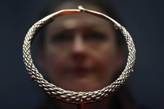 Die Ausstellung bietet viel fürs Auge: Neben Exponaten wie Broschen, Ketten, Edelsteinen und Münzen sind auch Schwerter und und Äxte zu sehen. Dieses Schmuckstück zierte einst den Hals einer Wikingerfrau.