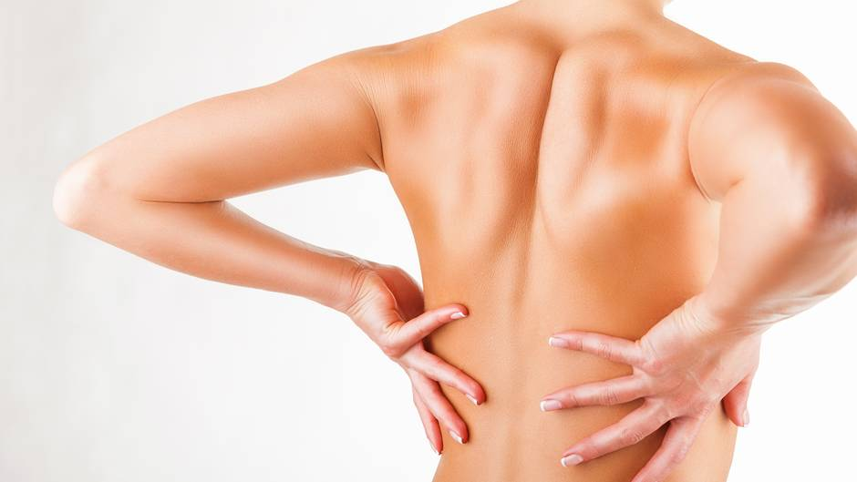 Für Schulter- und Nackenmuskeln      Übung 1: Bodendrücker    Stellen Sie sich aufrecht hin, die Arme hängen locker neben dem Körper. Drücken Sie nun die rechte Schulter und die rechte Handfläche in Richtung Boden. Der Kopf neigt sich dabei zur linken Seite. Wenn Sie ein Ziehen im rechten Nacken- und Schulterbereich spüren, machen Sie die Übung richtig. Halten Sie die Position 10 bis 15 Sekunden lang. Nacheinander dreimal pro Seite wiederholen.
