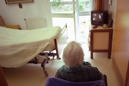 Ausgerechnet an dem Tag, als die Kommission über die Pflegestufe einer Patienten entscheiden will, gibt sich diese besonders agil und will aus dem Bett aufstehen