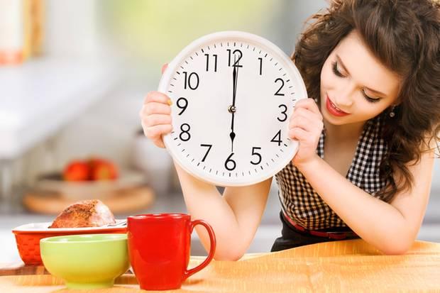 Die Idee des intermittierenden Fastens: In einem festgelegten Zeitraum isst man normal, die übrige Zeit wird gefastet oder nur sehr wenig zu sich genommen