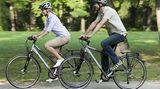 """Trekkingrad - Allrounder für den Alltag  Beispiel  Marke: Kalkhoff  Typ: Agattu  Preis: ab 500 Euro  Trekkingräder eignen sich für die ganze Familie. """"Räder für alle Fälle"""" kann man sie auch nennen. Die Spielwiesen des Trekkingrades mit seinen 28er Reifen sind die Stadt und lange, ebene Strecken. Trekkingräder sind lastentauglich: Körbe vorne, hinten, an den Flanken, Kindersitze und Satteltaschen, das Rad ist stabil gebaut. Ob Einkauf oder Reisegepäck: Ein Trekkingrad bekommt alles mit. Aber Vorsicht: Nicht jedes Billigrad, dass sich mit der Bezeichnung """"Trekking"""" schmückt, ist für einen Radurlaub geeignet.   Der Rahmen wirkt nicht rustikal, sondern elegant. Auf Tempo kommt man mit den großen Reifen und entsprechender Gangschaltung ohnehin. Ein Trekkingrad mit einem Ritzelkranz am Hinterreifen und einer Profil-Bereifung ist durchaus ein wenig geländegängig. Wählt man ein Modell mit einer sogenannten Nabenschaltung ist ein Kettenschutz kein Problem.   Die Sitzhaltung auf einem Trekkingrad ist eher aufrecht, ein echtes Plus für alle Fahrer mit Problemen in Hand- und Schultergelenken.   Heutzutage werden Räder gern mit Federung vorn und hinten verkauft. Das schont den Rücken, hat aber seinen Preis.  Plus: Sehr vielseitiges Alltagsrad   Minus: Keine nennenswerten Nachteile  Tipp: Besser keine Federung als eine minderwertige"""