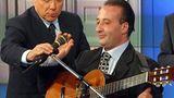 Dieser Mann hat es wirklich nicht leicht: Unermüdlich kämpft er gegen den Zahn der Zeit, der an seinem Gesicht zu nagen droht. Doch bislang hat Silvio Berlusconi dem Alter ein Schnippchen geschlagen. Mehr Ungemach bereitem dem virilen Mann die italienischen Richter, die ihn einfach nicht in Ruhe lassen wollen. Seelentrost findet er in der Musik. Zusammen mit Mariano Apicella hat Berlusconi, dieser feinfühlige und hochkultivierte Mensch, eine CD aufgenommen, auf der er Liebeslieder mit selbst verfassten Texten zum Besten gibt. Als Deutscher hat die ganze Sache nur einen Wermutstropfen: Man versteht sie leider nicht.  Zum Song