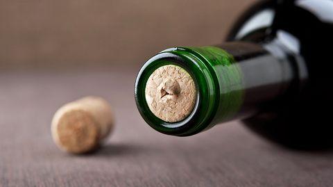 Mit einem Korkenzieher oder Kellnermesser wäre es ganz leicht, die Flasche zu entkorken - aber was, wenn man das Hilfsmittel gerade nicht zur Hand hat?