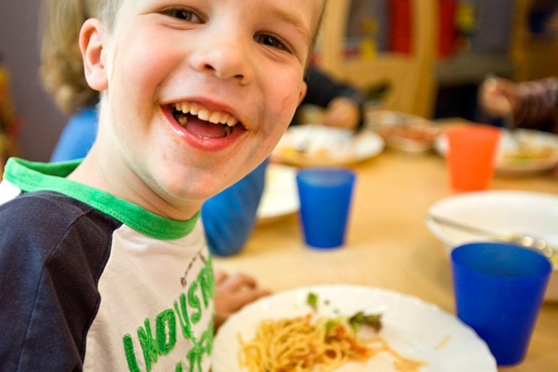 Lassen Sie Ihr Kind selbst bestimmen, wie viel es essen möchte. Beim Essen zählt Spaß, nicht Zwang. Es ist in Ordnung, wenn Ihr Kind mal mehr oder weniger zu sich nimmt - dadurch wird es nicht unterversorgt oder übergewichtig, sondern entwickelt ein Gespür für die eigenen Bedürfnisse