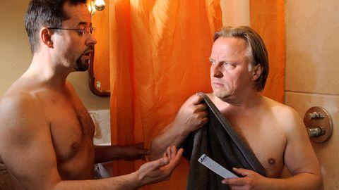 Prof. Karl-Friedrich Boerne (Jan Josef Liefers) lädt sich und Kommissar Frank Thiel (Axel Prahl, r.) bei dessen Vater zum Duschen ein, weil zu Hause die Wasserleitung defekt ist.