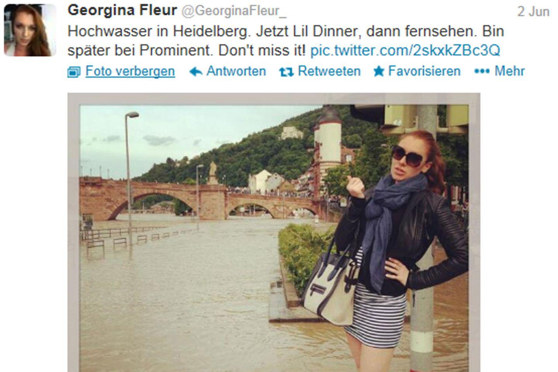 Vor dem Hochwasser posieren und gleichzeitig auf den eigenen Fernsehauftritt hinweisen - diesen Spagat kriegen nur wenige so widerspruchsfrei hin wie Georgina Fleur