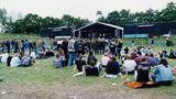 Kleine Bühnen, kaum Gedränge: Mit jedem Jahr pilgerten mehr Metal-Fans in das Dorf, das nicht einmal einen Bahnhof hat. Zum fünfjährigen Jubiläum 1994 wurden 4500 Tickets verkauft. Noch ahnte niemand, dass das Festival bald aus allen Nähten platzen wird.