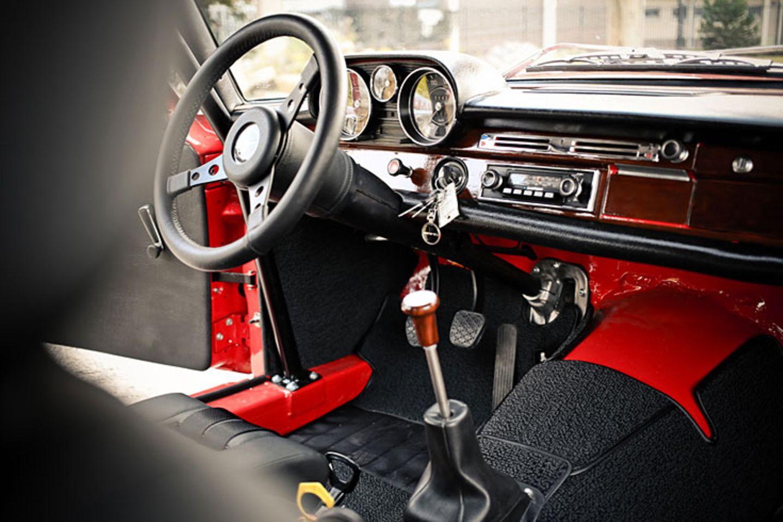 Im Innenraum präsentiert sich die Rote Sau erstaunlich luxuriös. Holzdekor und Leder finden sich in heutigen Rennfahrzeugen nicht mehr. Anstelle einer schnöden Kudel thront ein eigens gedrechselter Holzschaltknauf mit eingelassenem Mercedesemblem auf dem Schaltstock.