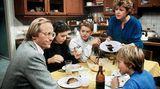 """Helga und Hans Beimer  Sie sind quasi die Urzelle der """"Lindenstraße"""". Helga (Marie-Luise Marjan) und Hans Beimer (Joachim Hermann Luger) sind seit der ersten Folge dabei. Die Beimers waren zunächst die Vorzeigefamilie, die mit ihren drei Kindern in dem Mietshaus in der Lindenstraße 3 lebte. 1990 verließ """"Hansemann"""" die Beimers und gründete mit Anna Ziegler eine neue Familie. Helga heiratet 1995 den Reisekaufmann Erich Schiller (Bill Mockridge), mit dem sie - trotz zwischenzeitlicher Trennungen - bis zu seinem Ende liiert ist. In der 1500. Folge stirbt Schiller.  Hans bekam mit Anna mehrere Kinder. Am 2.September 2018, in Folge 1685, ist er friedlich eingeschlafen."""