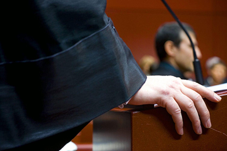 500 Euro und ein dubioser Doppelgänger: seit drei Jahren sitzt der ehemalige Polizist immer wieder auf der Anklagebank