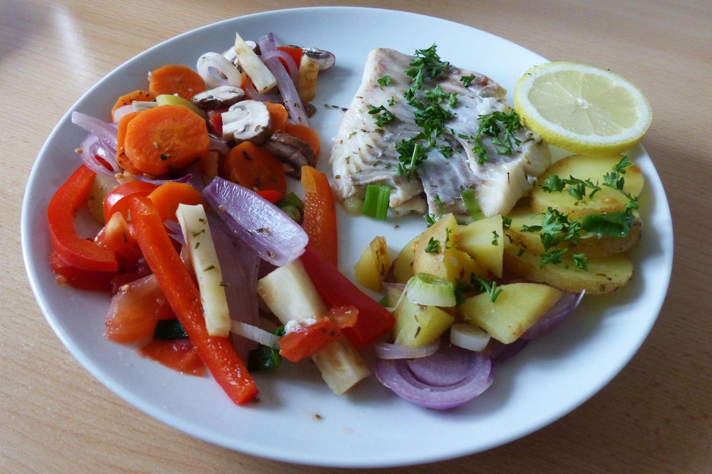 Das Ergebnis überzeugt: Der Fisch ist trotz der längeren Garzeit auf den Punkt, das Gemüse knackig und bissfest - so soll es sein. Die Konsistenz aller Zutaten war in Ordnung. Zum Geschmack gibt es nur eins zu sagen: Lecker!