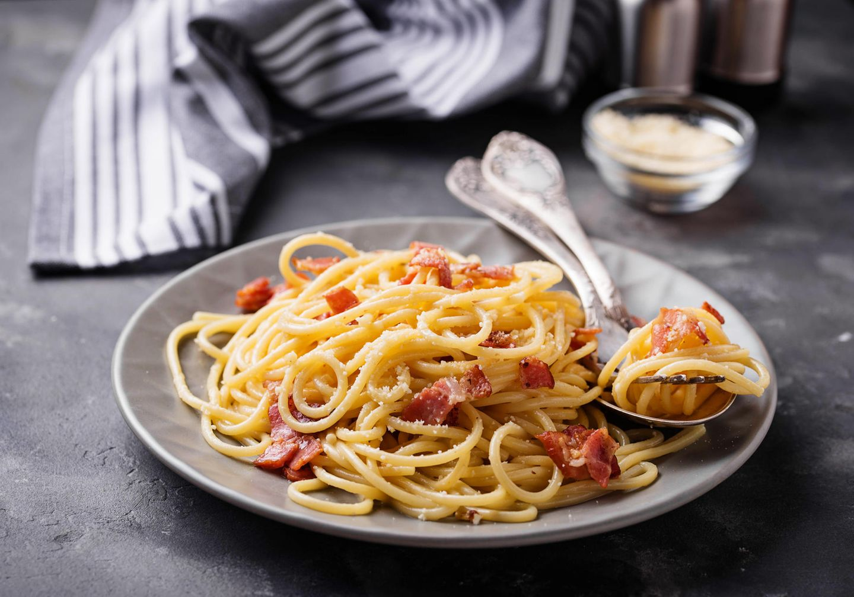 Ein Hauch von Nichts - an die echte Pasta Carbonara kommen nur Eier, Parmesan, Guanciale (italienischer Speck von Schweinebacke oder -nacken) und schwarzer Pfeffer dran. Alles andere ist schlichtweg keine Carbonara. Hier geht's zum Rezept.