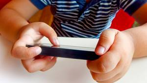 Laut Studie verfügen rund eineinhalb Millionen Kinder in Deutschland über ein eigenes Smartphone; fast jedes Kind zwischen zehn und dreizehn Jahren kennt sich im Internet aus.