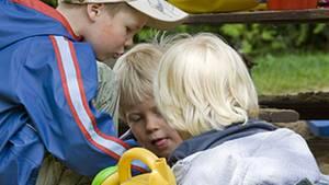 Kinder teilen ihre Spielsachen mit anderen, wenn diese ihnen vorher geholfen haben