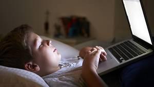 Nur noch kurz ein Spiel spielen oder im Internet surfen? Für einen erholsamen Schlaf ist das Gift, sagen Forscher.