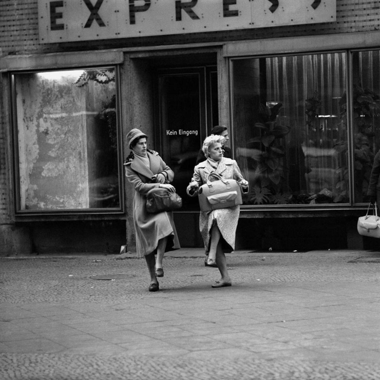 Die Bilder von Thomas Billhardt zeigen oft ein anderes Bild vom Leben in der DDR, als es die West-Medien glauben machen wollten. Auch wenn der sozialistische Staat ökonimisch vom Westen bald abgehängt war, hatten die Menschen durchaus Vergnügen im Alltagsleben, wie diese beiden Daman 1959 am Alexanderplatz demonstrieren.