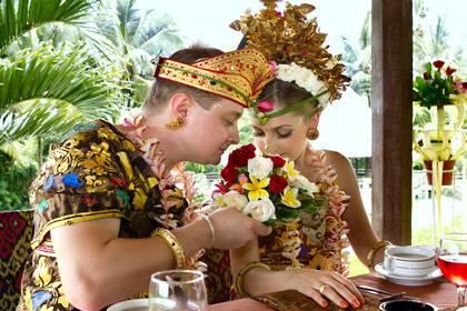 In Indonesien sollte die linke Hand bei Tisch nie mit Essen direkt in Berührung kommen - sie gilt als unrein