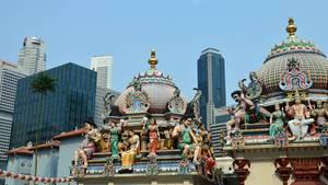 Stadt der Kontraste: Figuren des Sri-Mariamman-Hindutempels vor der Hochhaus-Kulisse.