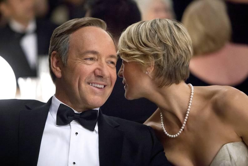 """Das gab es noch nie: Erstmals in der Geschichte der #link;beim Bezahlkanal Sky Atlantic HD zu sehen.;Emmys# kann sich eine Serie Hoffnung auf den begehrten Fernsehpreis machen, die fürs Internet produziert wurde. """"House of Cards"""" ist exklusiv über den Streamingdienst Netflix zu empfangen. Im Mittelpunkt steht der mächtige Kongressabgeordnete Francis Underwood (Kevin Spacey), der in der US-Politik die Fäden zieht, dabei aber vor allem seine eigene Karriere verfolgt. Seine Frau Claire (Robin Wright) unterstützt ihn dabei. Die Serie ist insgesamt neun Mal für den Fernseh-Oscar nominiert, darunter in der Königs-Kategorie """"Outstanding Drama"""". Auch die beiden Hauptdarsteller Spacey und Penn dürfen sich Hoffnungen auf einen Emmy machen. In Deutschland wird """"House of Cards"""" im September beim Bezahlkanal Sky Atlantic HD zu sehen sein."""