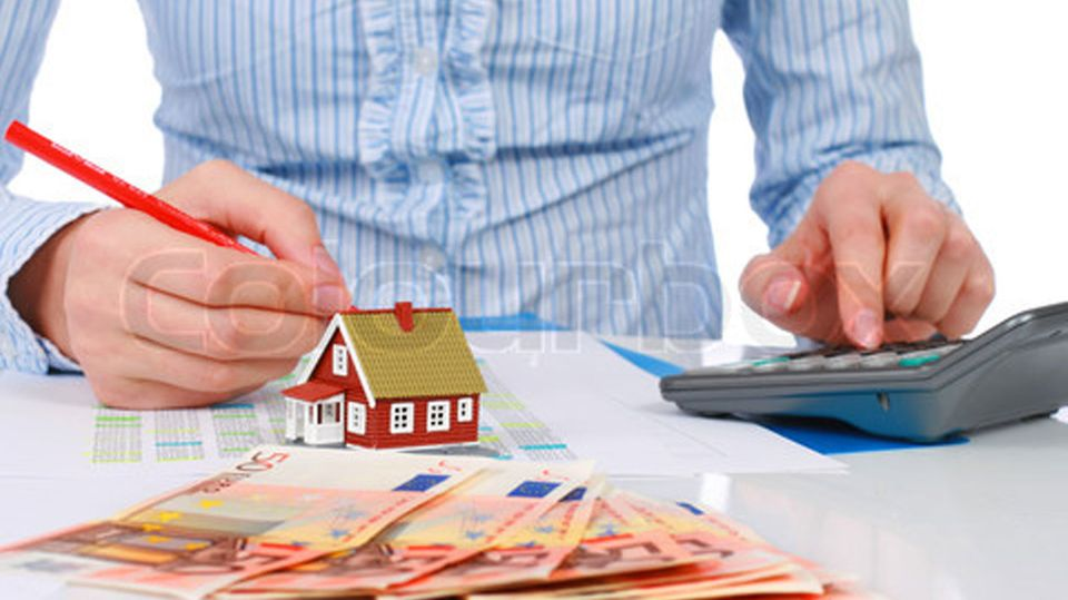 Der erste Kredit für das Eigenheim läuft bald aus, in den meisten Fällen bleibt aber noch eine Restschuld übrig, die zu begleichen ist.