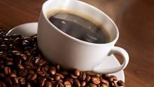 Röstkaffee - 18.857 Liter pro Kilogramm Kaffee ist das Lieblingsgetränk der Deutschen: Der Pro-Kopf-Verbrauch lag 2013 bei 165 Liter, vor Bier, Wasser oder Tee. Doch bis der Kaffee in der Tasse brüht, ist viel Aufwand und Energie nötig - und Wasser. Für ein Kilogramm gerösteten Kaffee braucht es laut Hoekstra 18.857 Liter Wasser, für eine Tasse mit sieben Gramm Röstkaffee werden 132 Liter fällig.   Der Wasserfußabdruck errechnet sich wie folgt: Die Kaffeeplanze braucht Wasser, um zu wachsen. Der Farmer benötigt Treibstoff und Maschinen, deren Produktion ebenfalls Wasser benötigt. Die Helfer auf der Plantage müssen kochen und waschen, der Kaffee muss gereinigt werden. Auch für die Veredlung, den Transport und den Zwischenhandel wird Wasser benötigt - bis hin zum Trinkwasser, mit dem die Kaffeemaschine befüllt wird.   Hinzu kommen noch der Abwasch sowie das Wasser für die Produktion von Milch und Zucker. Zusammen mit Kollegen kam Hoekstra zu dem Schluss, dass allein ein Latte Macchiato zum Mitnehmen rund 200 Liter Wasser benötigt - mehr als eine Badewannenfüllung.