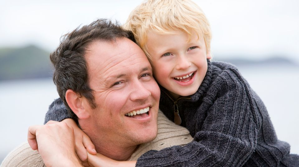Väter dürfen in Sachen Sorgerecht nicht generell benachteiligt werden, entschieden die Karlsruher Richter