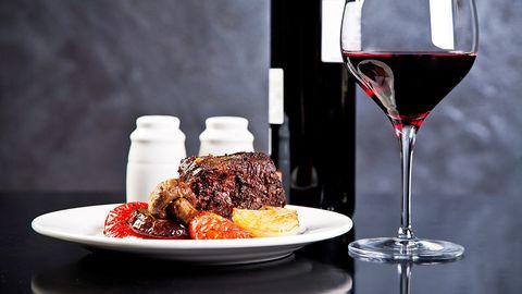 Steak und Wein - bei der Montignac-Methode eine erlaubte Kombination