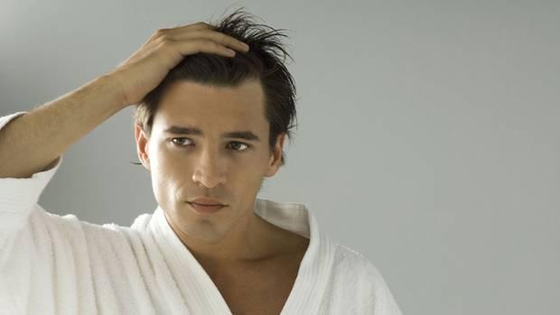 Fallen die Haare in Büscheln aus, sollten Sie zum Hautarzt gehen
