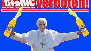 """Unter dem Titel """"Halleluja im Vatikan - Die undichte Stelle ist gefunden!"""" hatte die """"Titanic"""" 2012 den Papst von vorne und hinten gezeigt - einmal mit gelbem, einmal mit braunem Fleck auf der Soutane. Nachdem das Hamburger Landgericht diesen Titel verboten hatte, zeigt das Satiremagazin auf der Homepage Benedikt XVI. mit zwei riesigen Limonadenflaschen"""