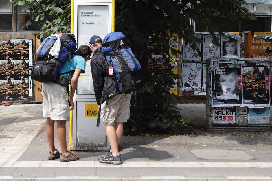 Backpacker auf dem Weg zum Privatquartier