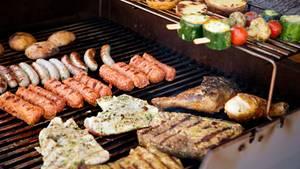 Würstchen und Fleisch liegen schon auf dem Grill. Nur welche Soße darf es jetzt sein? Stiftung Warentest hat die Grillsoßen getestet.