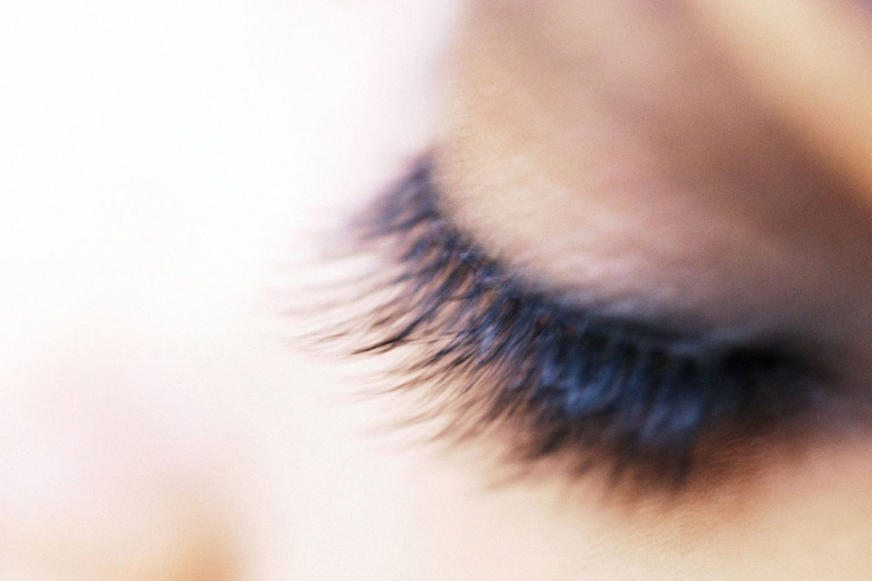 Lange Wimpern gelten als Schönheitsideal. Doch Menschen mit kurzen Wimpern haben einen entscheidenden Vorteil.