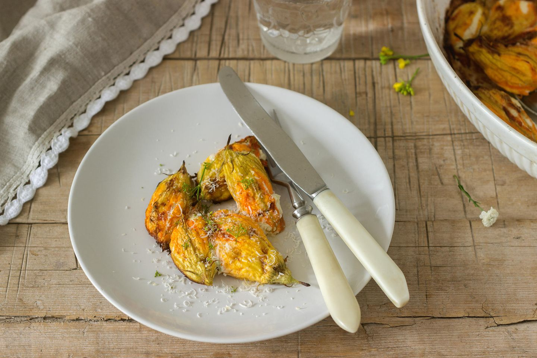 Fior di Zucca  Die Zucchiniblüten werden in Rom gerne gefüllt und danach frittiert. Sie findet sich aber auch oft in Pasta oder als Pizza-Belag. Typisch römisch sind die gefüllten und frittierten Zucchiniblüten mit Anchovi-Filets und Mozzarella.