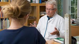 Ärzte verschreiben zu häufig Schmerzmittel mit dem Wirkstoff Metamizol, kritisieren Experten