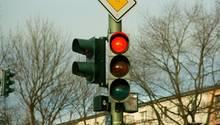 In einem Moment der Unaufmerksamkeit übersieht ein Busfahrer in Bad Münster nicht nur eine rote Ampel sondern auch seinen Vordermann (Symbolfoto)