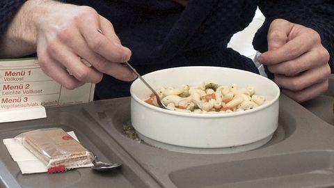 Im betreffenden Krankenhaus werden nur noch Mahlzeiten serviert, die in einer Großküche hergestellt wurden.
