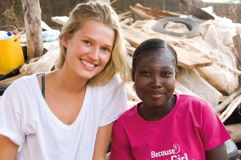 """Seit Toni Garrn 15 ist, hat sie Kinderpatenschaften beim Hilfswerk """"Plan International"""". Eine Zusammenarbeit lag deshalb nahe. """"Mein Hauptanliegen waren schon immer Kinder und Frauen. Weil ich eben in einer Luxusblase aufgewachsen bin und vom Leben anderer Frauen weltweit wenig wusste. Da war viel Neugier von meiner Seite aus da. Ich arbeite schließlich in einer Branche, in der Frauen viel mehr verdienen als Männer - das gibt es sonst selten. Plan hat dann gleich Burkina Faso vorgeschlagen, weil das Leben für Mädchen dort sehr schwierig ist."""""""