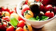 Tomaten  Dieses saftige rote, gelbe oder grüne Nachtschattengewächs mag es weder kalt noch feucht. Deshalb sollten Sie Ihre Tomaten nicht im Kühlschrank lagern. Die Kälte entzieht den Früchten Aroma und Wasser. Bewahren Sie die Tomaten besser in einer Obstschale auf. Aber achten Sie darauf, dass das Gemüse bei Raumtemperatur und nicht in direktem Sonnenlicht lagert.