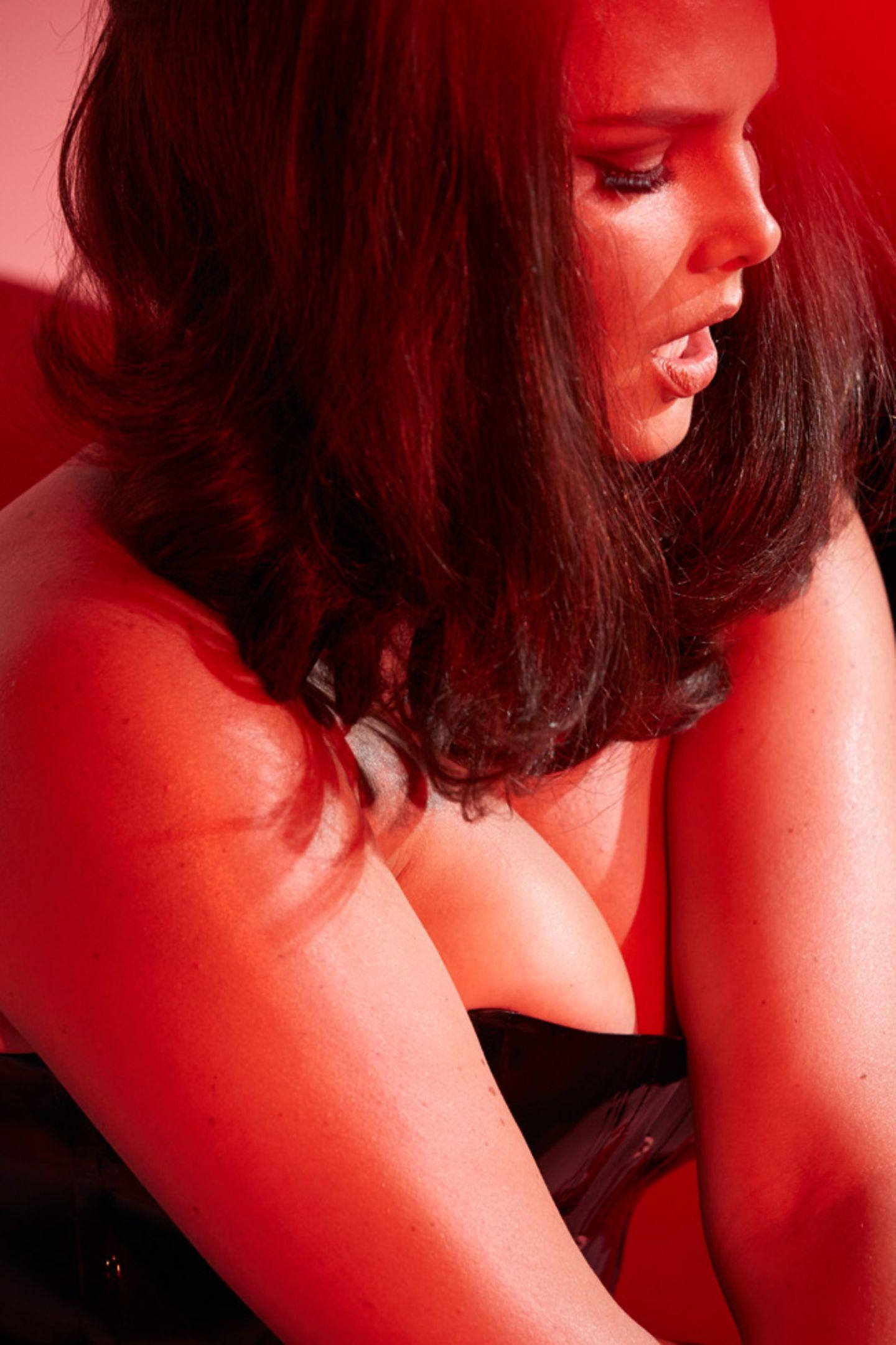 Endlich mal wieder ein Plus-Size-Model im Pirelli-Kalender: 1998 war Sophie Dahl das erste etwas fülligere Model, das für den Kalender posierte. 16 Jahre später ist mit Candice Huffine wieder ein Plus-Size-Model in dem berühmten Kalender zu sehen. Sie beweist, dass Latex auch in Kleidegröße 46 sexy sein kann.