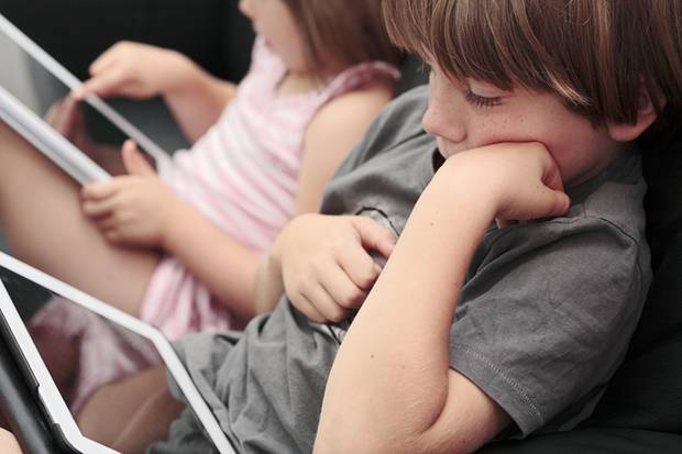 Noch nicht schulpflichtig, aber schon fit in der Tablet-Nutzung: Manchen Eltern macht das Sorgen, manchen Angst