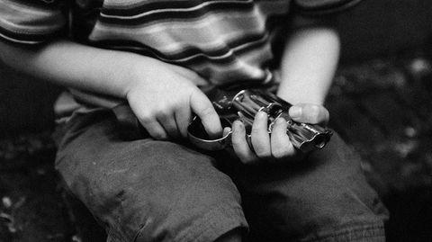Ein Kleinkind in den USA entdeckt in der Tasche seiner Mutter eine geladene Pistole - dann löst sich ein Schuss