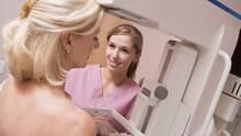 Die Mammografie dient dazu, Tumore in der Brust frühzeitig zu entdecken.